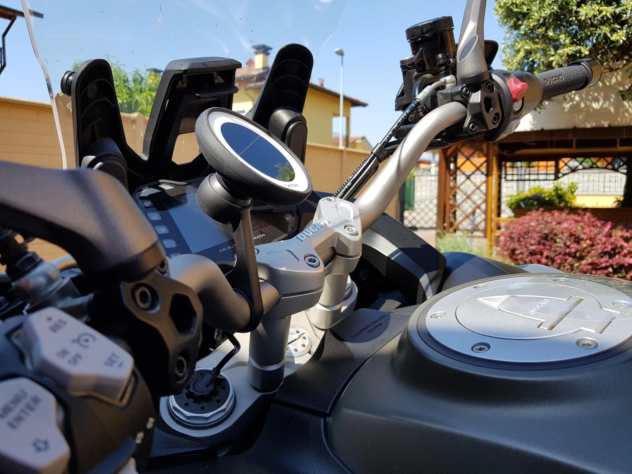Tomtom vio non solo un navigatore per scooter tom 39 s - Porta navigatore auto ...