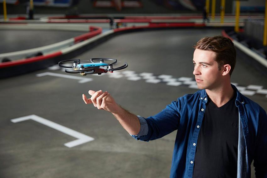 Selfie 2.0: arriva il mini drone che decolla e atterra sulla mano