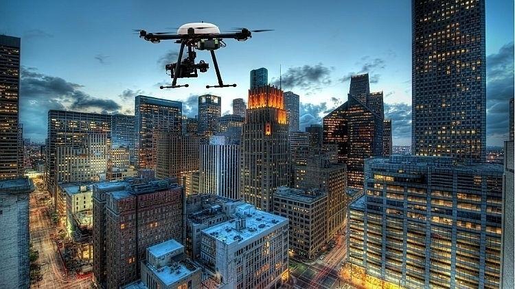 I droni volano anche in città con il nuovo regolamento ENAC