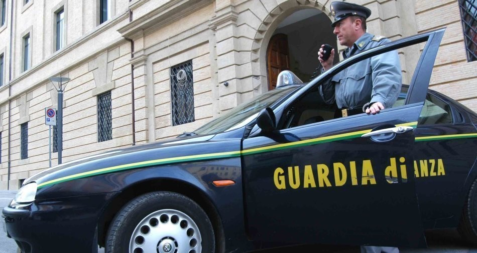 Card-sharing pirata ai danni di Sky e Mediaset: sgominata una gang italiana