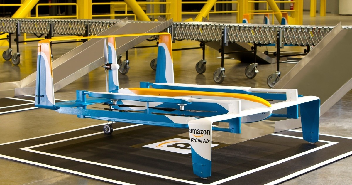 Il drone ibrido di Amazon fa una prima consegna Prime Air in un video