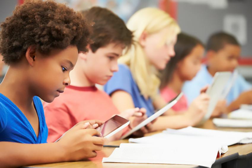 Stop agli smartphone a scuola in Francia, così da ridurne la dipendenza