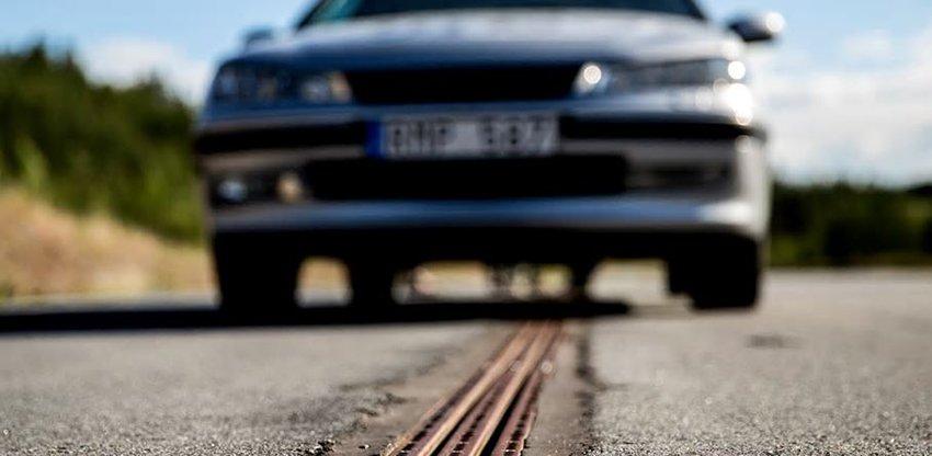 In Svezia la prima strada che ricarica le auto elettriche | MotorLabs