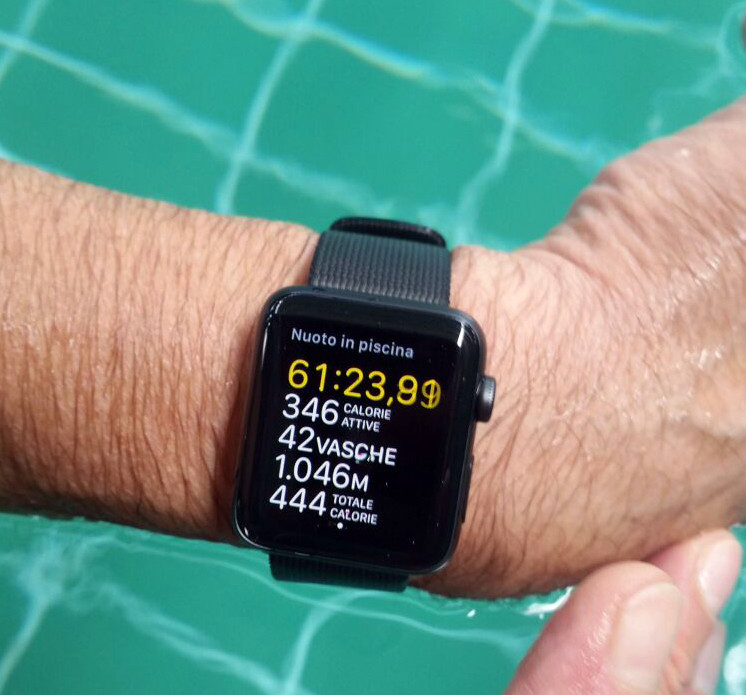 Apple Watch Series 2 in piscina