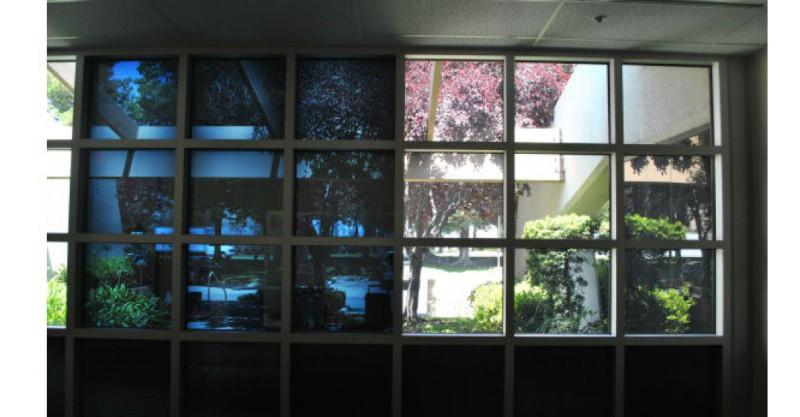 Finestre hi tech in video guardate come funzionano i - Vetri colorati per finestre ...