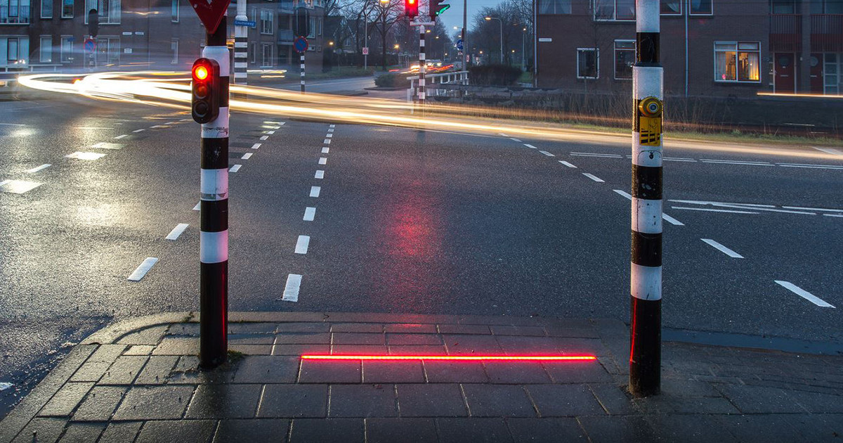 Strisce semaforiche a LED per pedoni distratti da smartphone