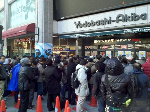 ... suo turno fuori da un negozio. Intervistato da un giornalista ha  spiegato di essere in fila per PS Vita perché se Nintendo dominasse la  guerra delle ... 725be0633a02