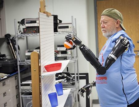 Les Baugh protesi robotizzate a controllo mentale