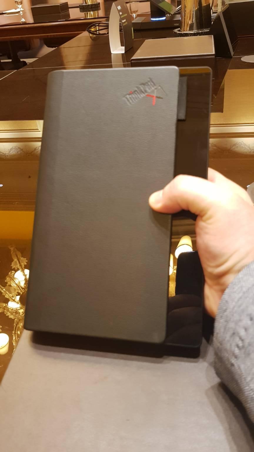 Lenovo Fold dentro