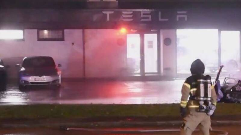 Fire in a Tesla store, 7 electric cars on fire
