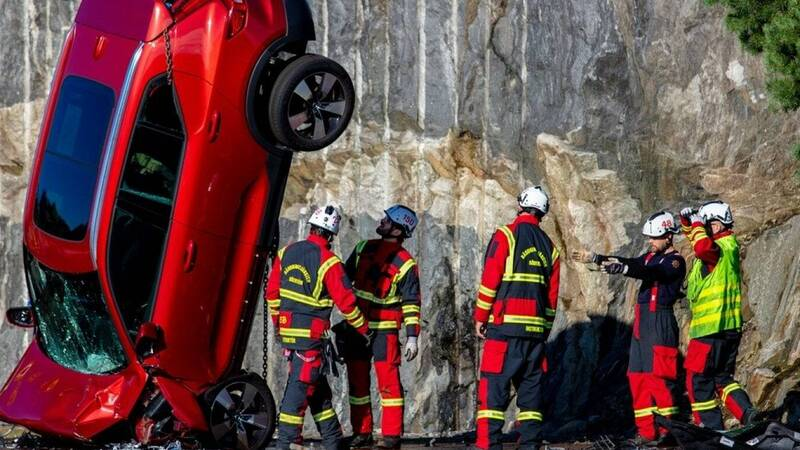 Volvo shows extreme crash test: cars thrown from 30 meters high