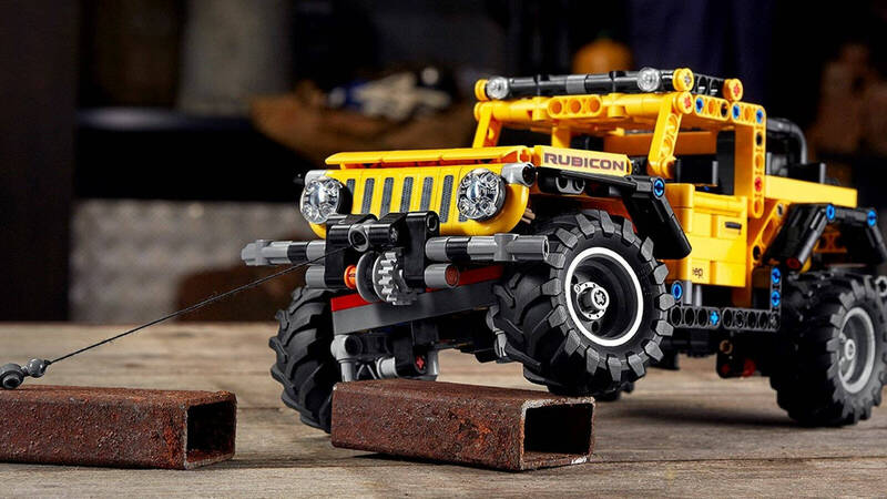 The LEGO Technic Jeep Wrangler Rubicon is ready to get muddy!